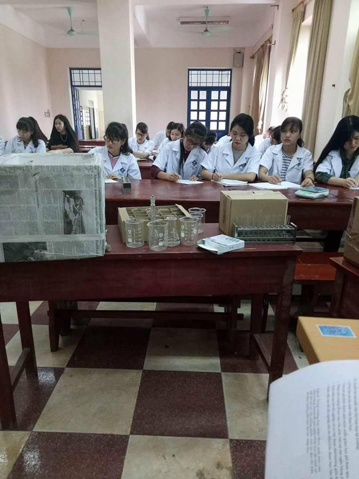 Giờ thực hành hóa nghiệm của sinh viên