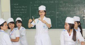 Sinh viên Y Dược thực hành hóa dược