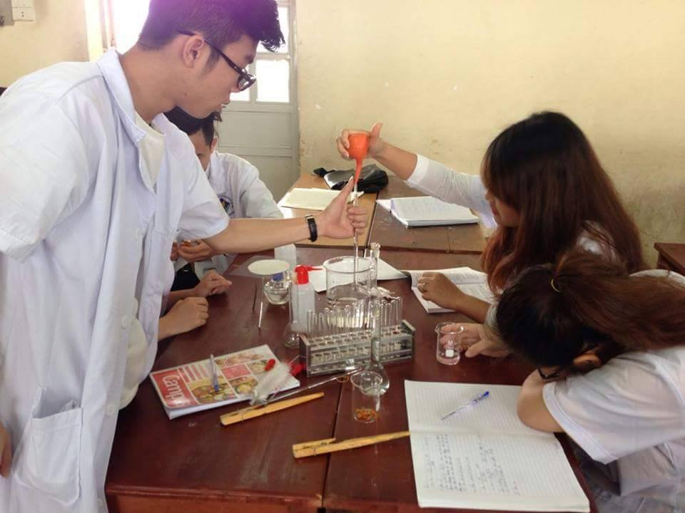 Sinh viên thực hành hóa dược trên lớp học
