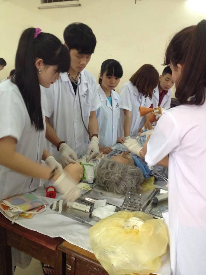 Sinh viên Khoa Điều Dưỡng thực hành