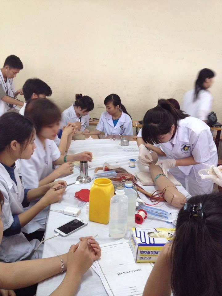 Lớp thực hành Hóa dược của sinh viên