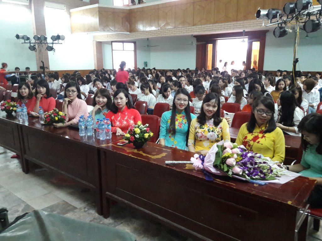 Hội trường trước giờ khai giảng
