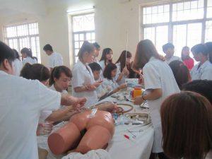 Sinh viên điều dưỡng cao đẳng Y Dược Hà Nội thực hành