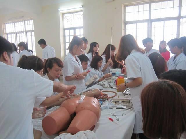 Sinh viên điều dưỡng cao đẳng Y Dược  thực hành