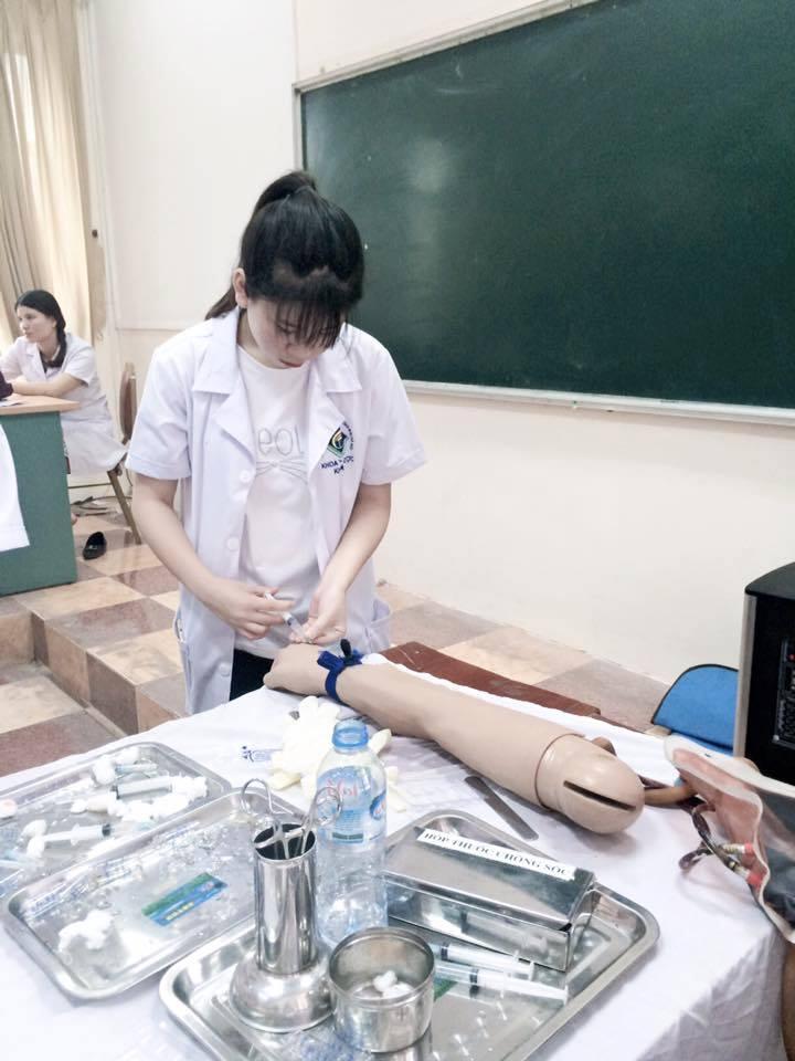 Sinh viên thực hành điều dưỡng tiêm