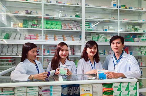Sinh viên cao đẳng dược đi thực tập tại hiệu thuốc