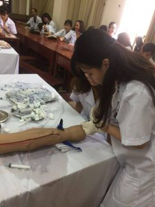 Sinh viên điều dưỡng thực hành