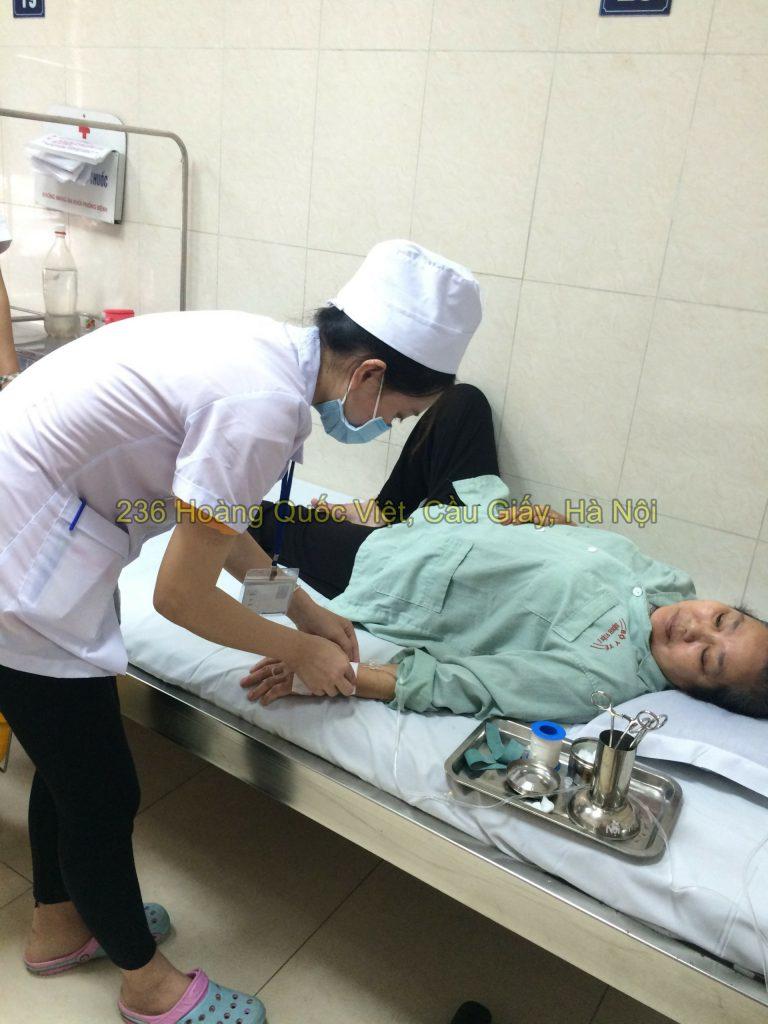 Sinh viên điều dưỡng thi tốt nghiệp tại bệnh viện E