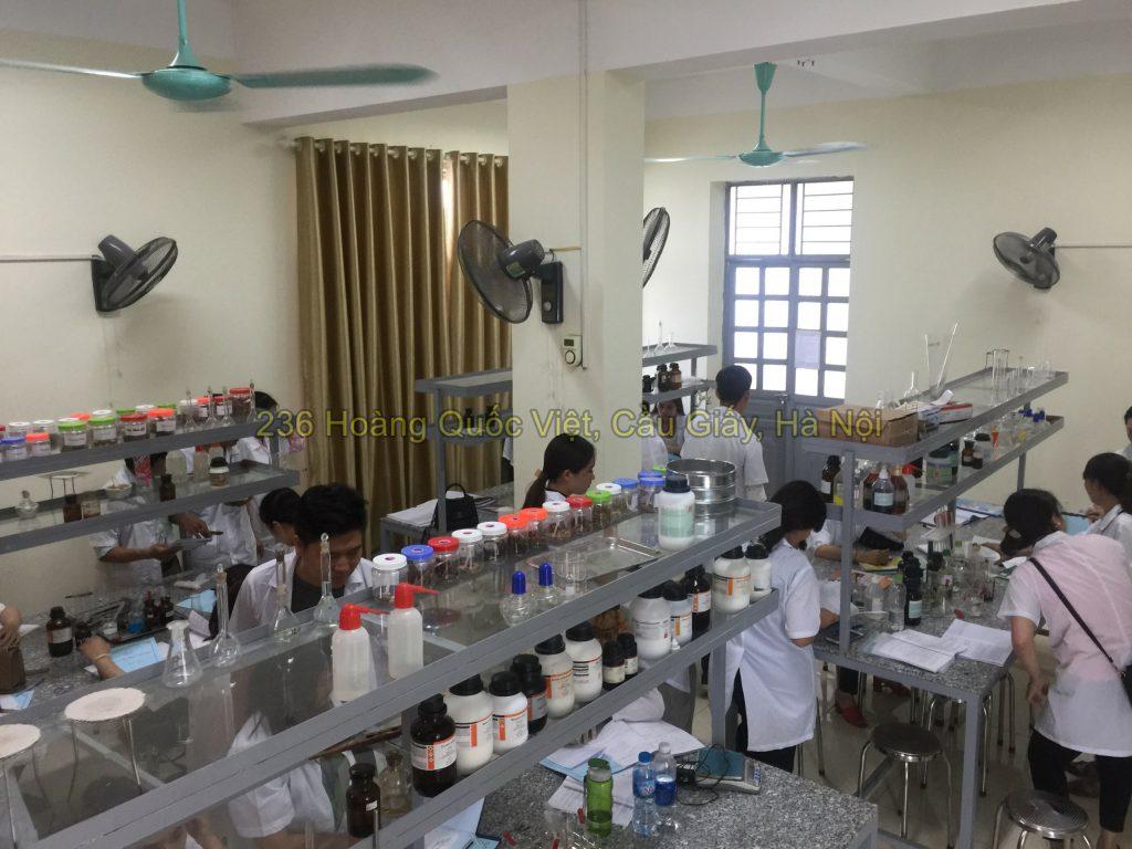 Sinh viên lớp liên thông cao đẳng Dược Hà Nội thực hành