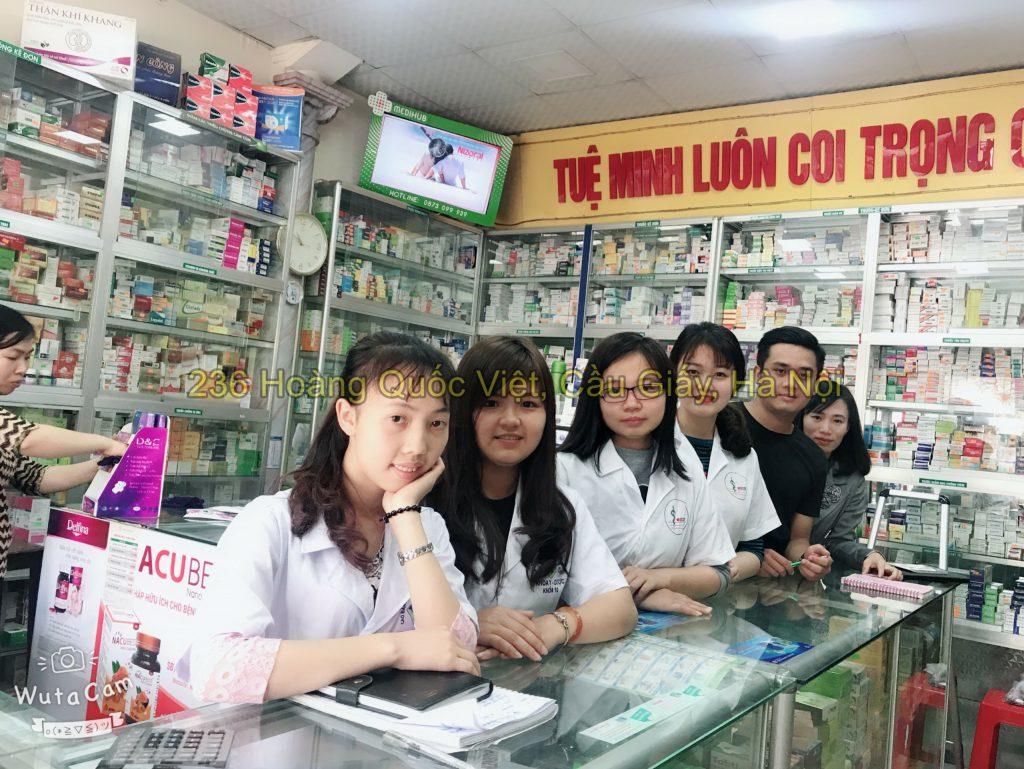 Sinh viên đi thực hành nhà thuốc
