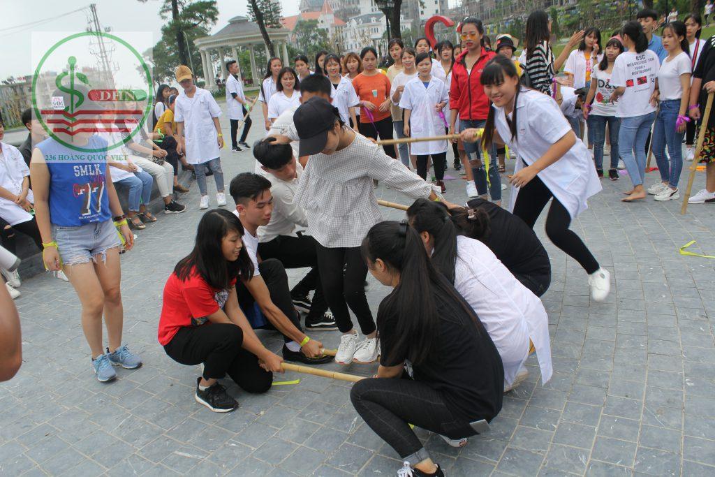 Sinh viên tham gia trò chơi ngoại khóa