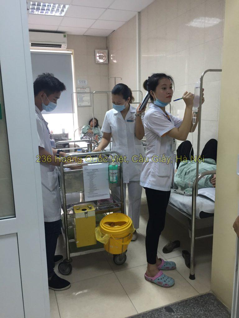 Sinh viên điều dưỡng đi thực tập viện E