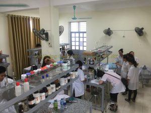 Sinh viên lớp văn bằng 2 cao đẳng Dược Hà Nội thực hành