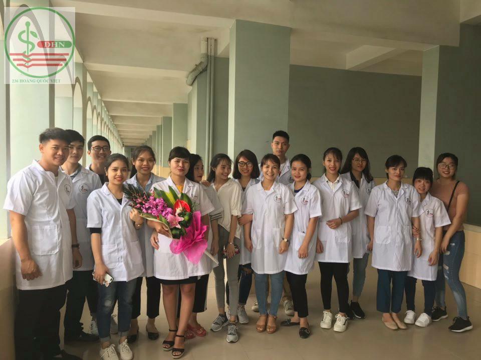 Sinh viên chúc mừng cô giáo ngày 20-11